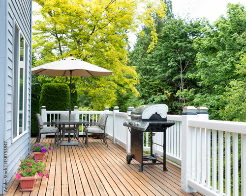 Fotografia Home deck and patio with outdoor furniture and BBQ cooker