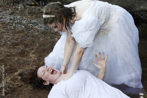 Valokuva  one bride strangles another