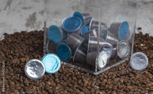Chicchi di caffè con capsule e contenitore Canvas Print