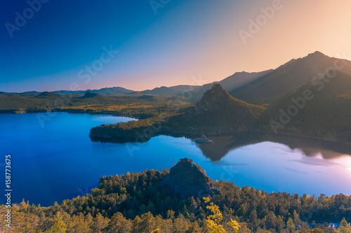 Zdjęcie XXL Piękny zmierzch nad halną jeziorną błękit powierzchnią.