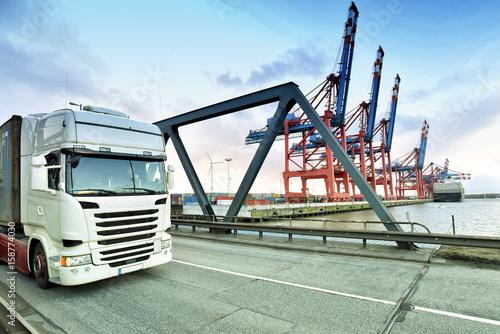 Plakat Towary i logistyka: Ciężarówki w porcie kontenerowym // Towary i logistyka: Ciężarówki w porcie kontenerowym