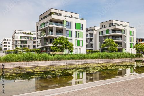 Fotografiet  Moderne Neubausiedlung am Wasser