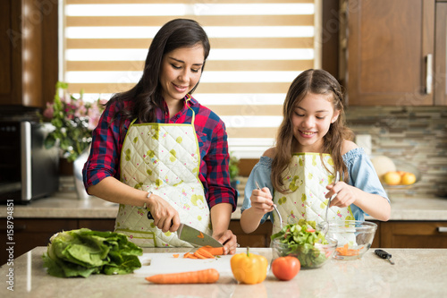 In de dag Koken Cute family making a salad at home