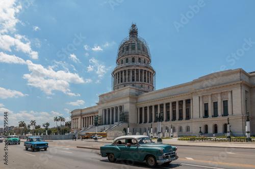 Staande foto Cubaanse oldtimers Das Kapitol, el Capitolio in Havanna, Kuba, sehenswürdigkeiten