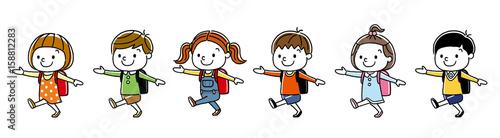 子供たち:歩いて通学する
