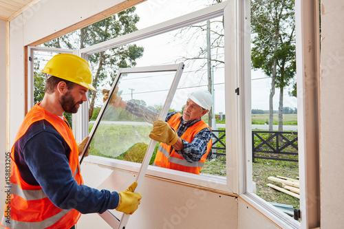 Monteure von Glaserei bauen Fenster ein Wallpaper Mural