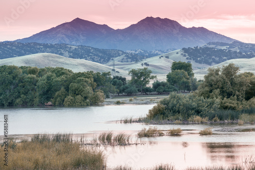 Poster Rose clair / pale Mount Diablo Sunset from Marsh Creek Reservoir. Brentwood, Contra Costa County, California, USA.