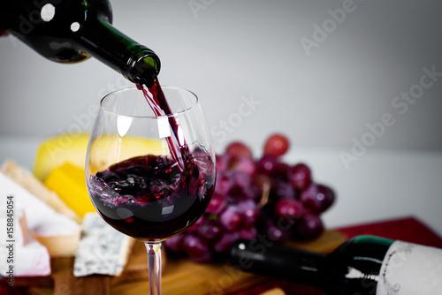 wyjatkowe-czerwone-wino-w-kieliszku