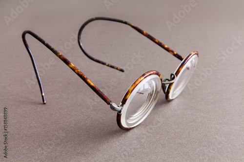 Photo Old fashion design spectacles eyeglasses on gray paper background