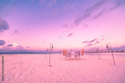 Poster Rose clair / pale Romantic dinner set up on the beach