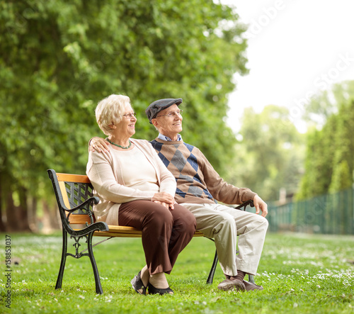 Photo Senior couple sitting on a bench in the park