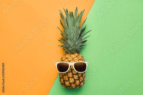 moda-hipster-ananasowy-owoc-jasny-letni-kolor-akcesoria-tropikalny-ananas-z-okularami-przeciwslonecznymi-koncepcja-kreatywnych-sztuki-minimalny-styl-tlo-strony-latem