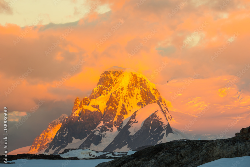 Photo  Glowing red mountains at sunset in Antarctica