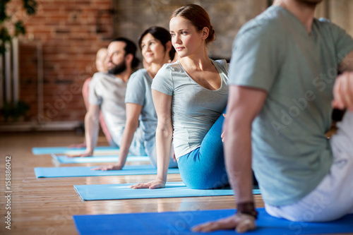 Staande foto School de yoga group of people doing yoga exercises at studio