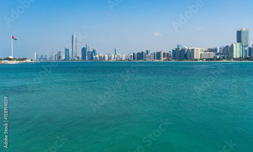 Photo  Abu Dhabi skyline and blue waters of Persian Gulf, UAE United Arab Emirates