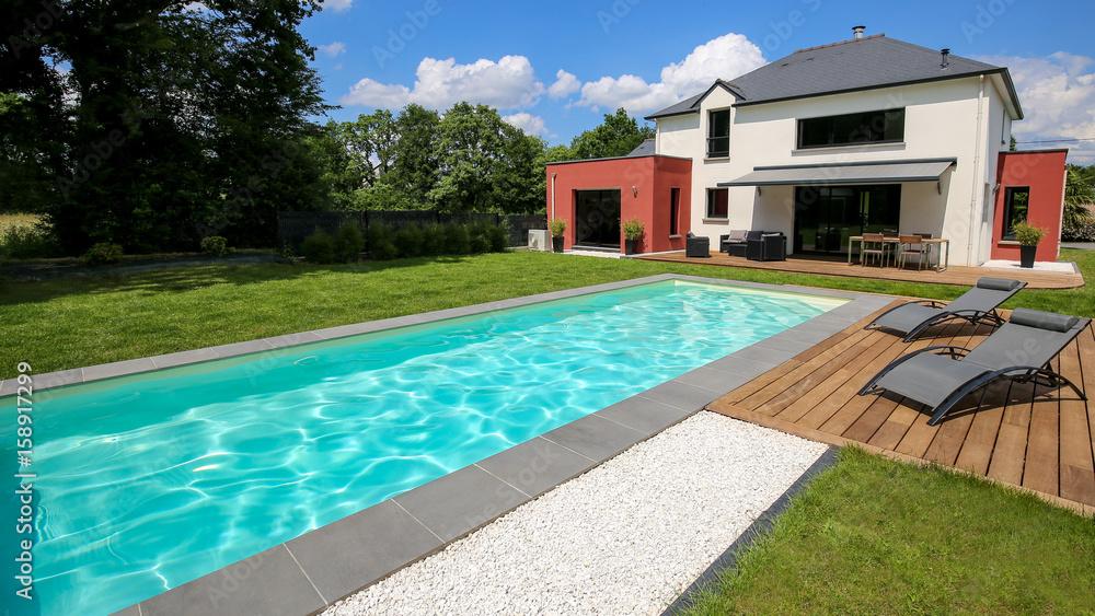 piscine avec terrasse dans jardin et maison moderne 1 Foto ...