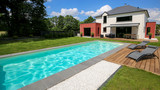 piscine avec terrasse dans jardin et maison moderne 1