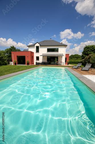 piscine avec terrasse dans jardin et maison moderne 2 ...