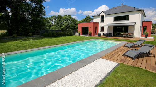 piscine avec terrasse dans jardin et maison moderne 1 Wallpaper Mural