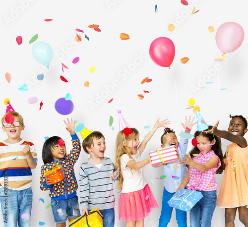 Fotografía  Group of kids celebrate birthday party together