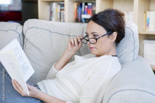 Fotomural  Woman reading