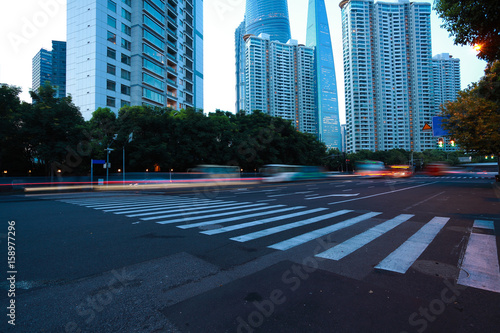 Photo  Empty road surface with city landmark buildings of evening