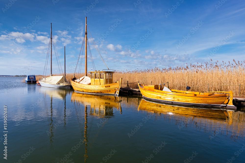 Fototapety, obrazy: Boote am Anlegesteg in Mecklenburg-Vorpommern | Deutschland