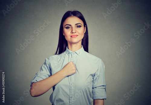 Fotomural Confident young woman isolated on gray wall background