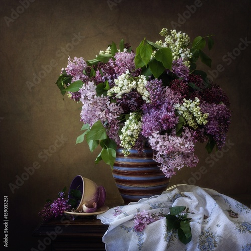 Fotografía  Still life with a bouquet of lilacs