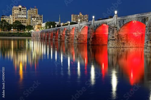 market-street-bridge-oswietlony-na-czerwono-most-w-pensylwanii