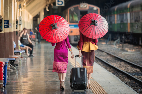 Photo Beautiful Thai girl in Thai costume,Asian woman wearing traditional Thai culture at train station,Bangkok