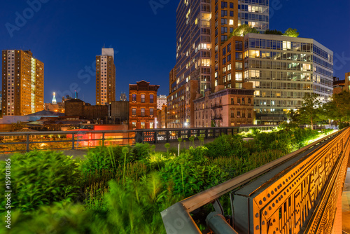 Photo  The High Line on a summer evening in the heart of Chelsea (here at the intersection of 10th Avenue and 17th Street)