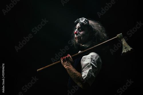 Fotografie, Obraz  Portrait d'un clown sadique, une hache ensanglanté sur son épaule