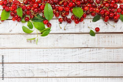 owocowy-tlo-wisnia-na-drewnianym-stole
