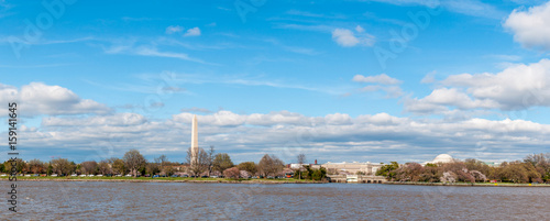Poster Artistiek mon. Wide Panorama of the Jefferson Memorial and Washington Monument seen from the Potomac River, Washington D.C.