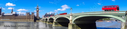 Poster Londres bus rouge London panorama with red buses on bridge against Big Ben in England, UK