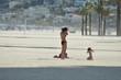 Junge Mutter mit Kind am Strand