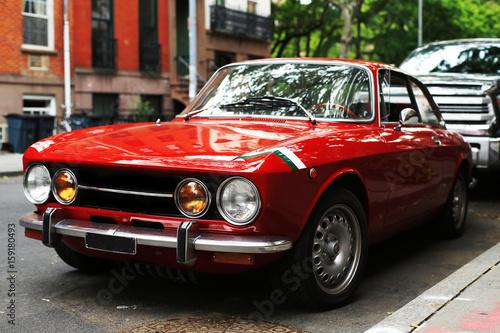 Türaufkleber Autos aus Kuba Retro old car red color on the road