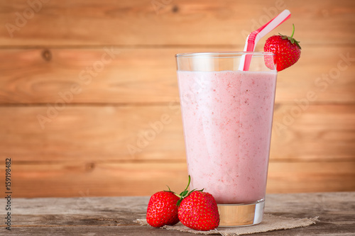Poster de jardin Lait, Milk-shake strawberry milkshake in glass