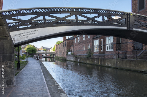 Poster de jardin Canal Old iron bridge spanning the industrial canal's of the city of Birmingham, England