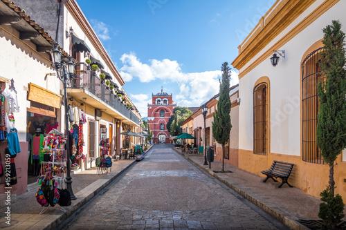 Staande foto Mexico Pedestrian street and Del Carmen Arch Tower (Arco Torre del Carmen) - San Cristobal de las Casas, Chiapas, Mexico
