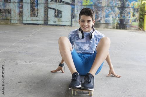 Plakat chłopiec z deskorolka na ulicy