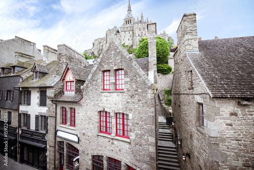 Carta da parati Ancient buildings of the old town on the famous Mont Saint Michel island in Fran