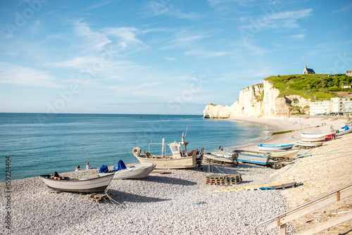 Fotografía Landscape view on the rocky coastline and beach with old boats in Etretat town i
