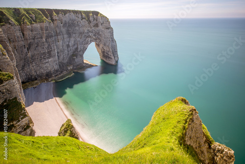 Fotografia Landscape view on the famous rocky coastline near Etretat town in France during the sunny day