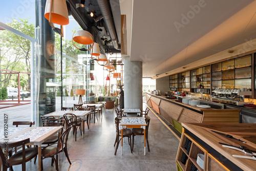 Fototapeta Wnętrze nowożytna miastowa restauracja z betonową podłoga
