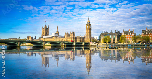 Photo Stands London Big Ben and Westminster parliament with blurry refletion in London, United Kingdom at sunny day.