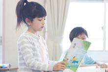 教室でおしゃべりする小学生