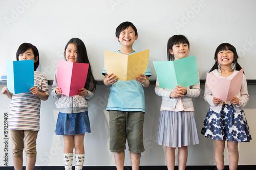 Fotografie, Obraz  音楽室の授業を受ける小学生