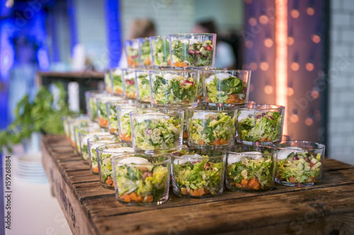 Papiers peints Buffet, Bar Catering / Salat im Glas mit Dressing